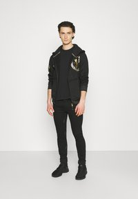 Carlo Colucci - DONNAY X CARLO COLUCCI - Zip-up hoodie - black/gold - 1
