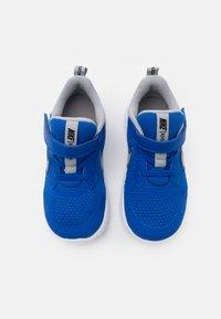 Nike Performance - REVOLUTION 5 UNISEX - Obuwie do biegania treningowe - game royal/light smoke grey/white - 3