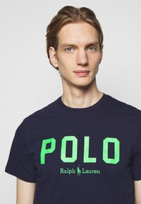 Polo Ralph Lauren - Triko s potiskem - french navy/neon green - 3
