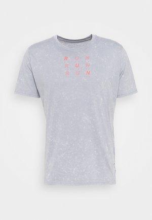 RUN ANYWHERE - T-shirt med print - steel