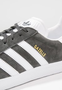 adidas Originals - GAZELLE - Sneakers - dgsogr/white/goldmt - 5