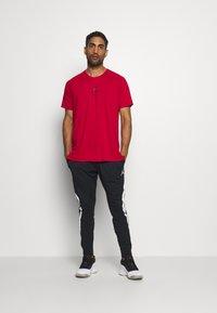 Jordan - AIR - T-shirt med print - gym red/black - 1