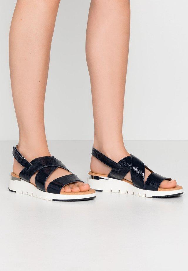 Sandály na klínu - navy