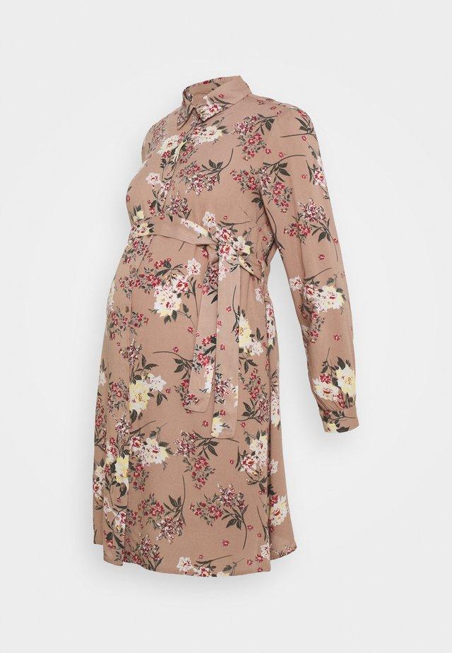 PCMPAOLA DRESS - Vestido camisero - warm taupe