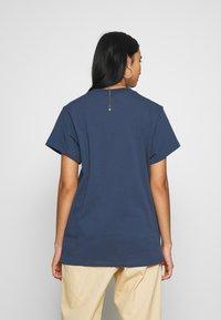 adidas Originals - Camiseta estampada - night marine/white - 2