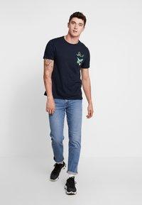 Burton Menswear London - TOUCAN - Print T-shirt - navy - 1