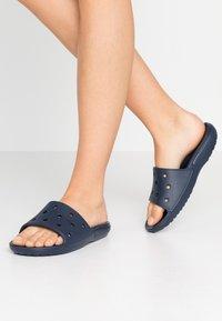 Crocs - CLASSIC SLIDE - Sandály do bazénu - navy - 0