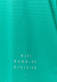Nike Performance - RISE - Print T-shirt - neptune green/reflective silver - 2