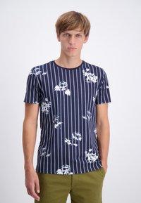 Lindbergh - AOP S/S - T-shirt print - dk blue - 0