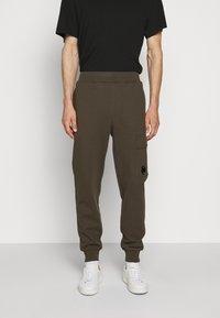 C.P. Company - Teplákové kalhoty - ivy green - 0