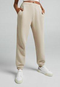 Bershka - UNISEX - Pantaloni sportivi - sand - 1