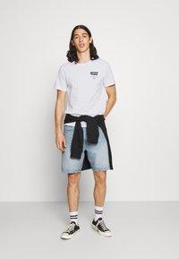 Levi's® - HOUSEMARK GRAPHIC TEE UNISEX - T-shirt imprimé - left chest batwing white - 1