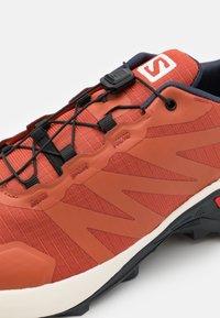Salomon - SUPERCROSS - Běžecké boty do terénu - burnt brick/vanila/india ink - 5