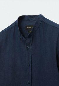 Massimo Dutti - SLIM-FIT-HEMD AUS REINEM LEINEN MIT MAOKRAGEN 00101301 - Shirt - blue-black denim - 4