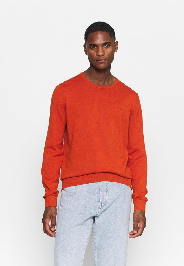 Stickad tröja - orange melange