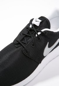 Nike Sportswear - ROSHE ONE  - Baskets basses - black/metallic silver/white - 5