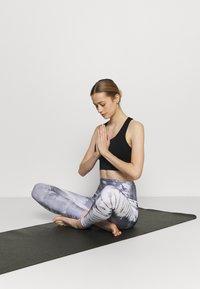 Cotton On Body - ULTIMATE LONGLINE CROP - Light support sports bra - black - 1