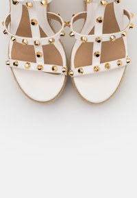 Missguided - DOME STUD WEDGE - Sandalias de tacón - white - 5