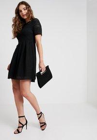 Vero Moda - VMHONEY PLEATED DRESS - Kjole - black - 2