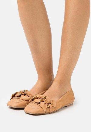 CARO - Nazouvací boty - caramel/gold
