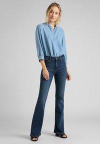 Lee - BREESE - Flared Jeans - dark de niro - 1