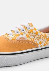Vans - ERA UNISEX - Trainers - golden nugget/saffron - 5