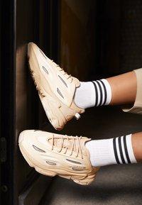 adidas Originals - OZWEEGO HELMET OPEN - Trainers - st pale nude/linen/light brown - 2