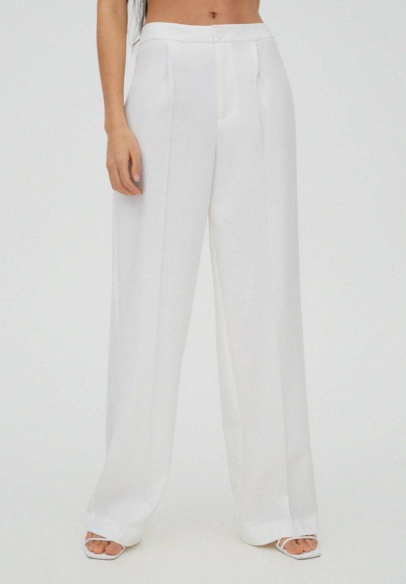 PULL&BEAR - Spodnie materiałowe - white