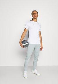 Nike Performance - ACADEMY 21 PANT - Träningsbyxor - light pumice/white - 1