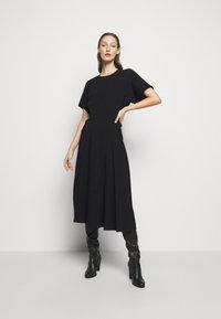 Victoria Beckham - BATWING FRONT PLEAT MIDI - Maxi šaty - black - 0