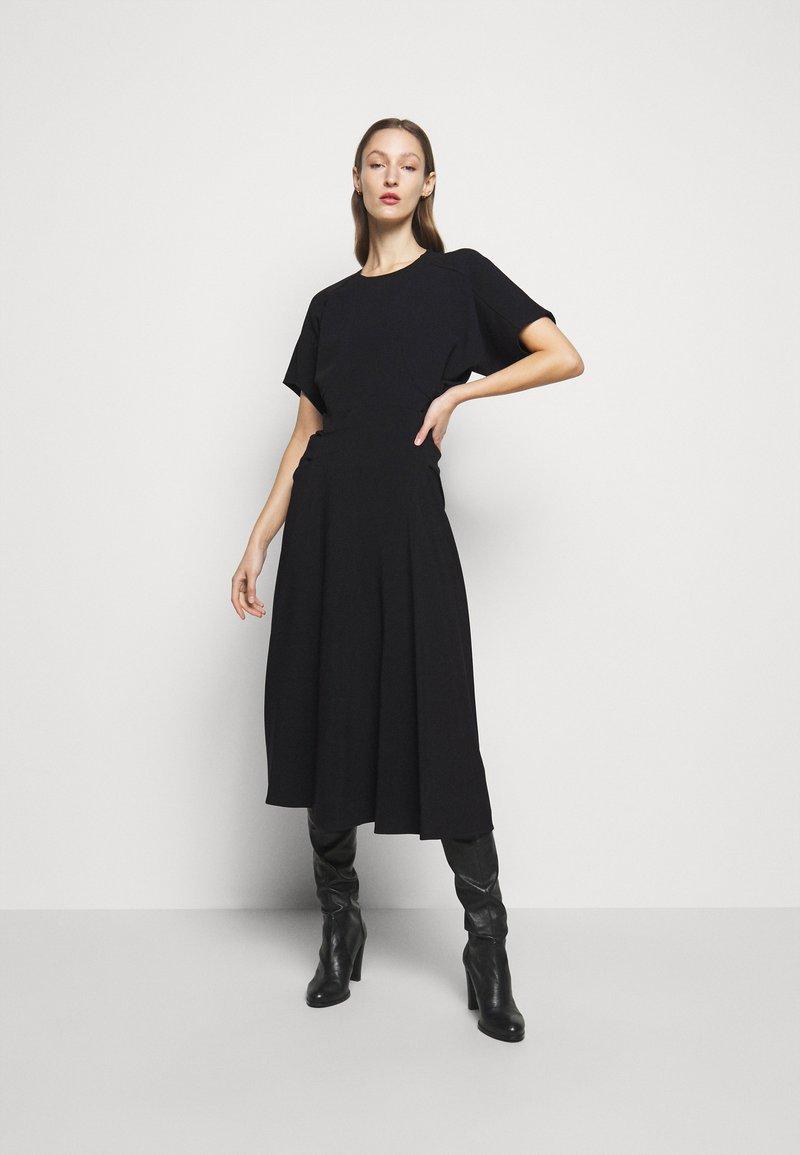 Victoria Beckham - BATWING FRONT PLEAT MIDI - Maxi šaty - black
