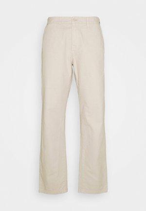 JOHNSON PANT MIDVALE - Chino kalhoty - glaze