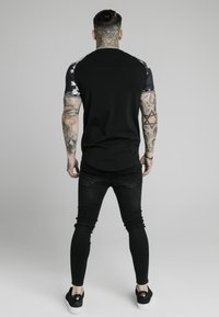 SIKSILK - T-shirt med print - black - 2