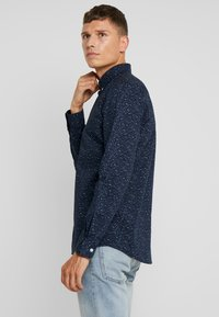 TOM TAILOR - RAY MINI PRINT REGULAR FIT - Skjorta - navy blue