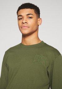 Russell Athletic Eagle R - MAURIZIO - Maglietta a manica lunga - cypress - 3