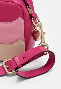 Red V - SCALLOP BLOCK CAMERA - Taška spříčným popruhem - glossy pink/peach/blossom nude - 4