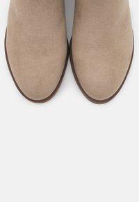 Evans - WIDE FIT SOLE CHELSEA - Boots à talons - sand - 5
