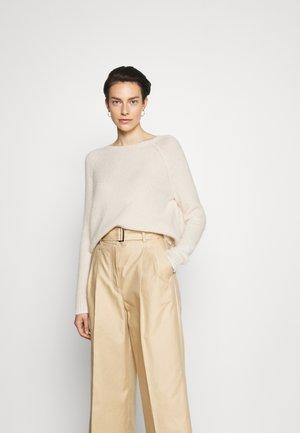 GEO - Stickad tröja - ivory