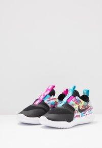 Nike Performance - FLEX RUNNER FABLE - Neutrální běžecké boty - black/white/fire pink/blue fury - 3
