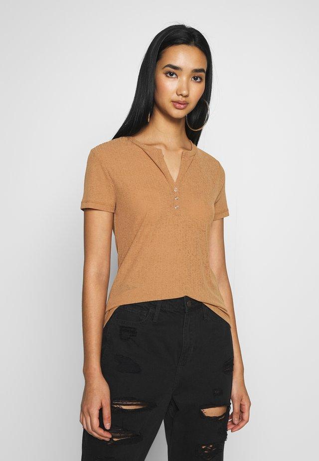 BUTTON TOP - T-Shirt basic - brown