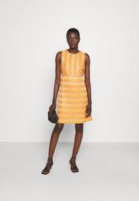 M Missoni - SLEEVELESS DRESS - Jumper dress - pumpkin - 1