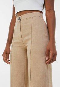 Bershka - LOOSE-FITTING WIDE-LEG - Pantaloni - camel - 3