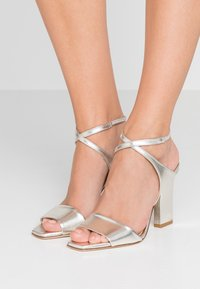 Aeyde - GABRIELLA - Korolliset sandaalit - silver - 0
