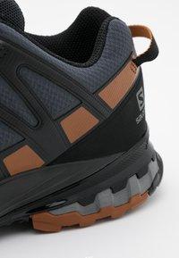 Salomon - XA PRO 3D V8 GTX - Běžecké boty do terénu - ebony/caramel cafe/black - 5