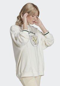 adidas Originals - TENNIS LUXE GRAPHIC SWEATER ORIGINALS PULLOVER - Sweatshirt - off white - 2