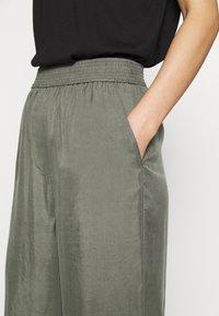 ARKET - WIDE LEGGED TROUSER - Kalhoty - khaki green/dusty light - 3