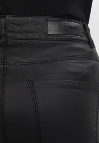 Vero Moda - VMSEVEN SMOOTH COATED PANTS - Bukse - black - 5