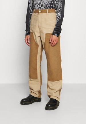 DOUBLE KNEE PANT DEARBORN - Pantalon classique - dusty brown/hamilton brown aged