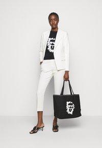 KARL LAGERFELD - IKONIK GRAFFITI  - T-Shirt print - black - 1