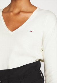 Tommy Jeans - SOFT TOUCH V NECK  - Sweter - snow white - 4